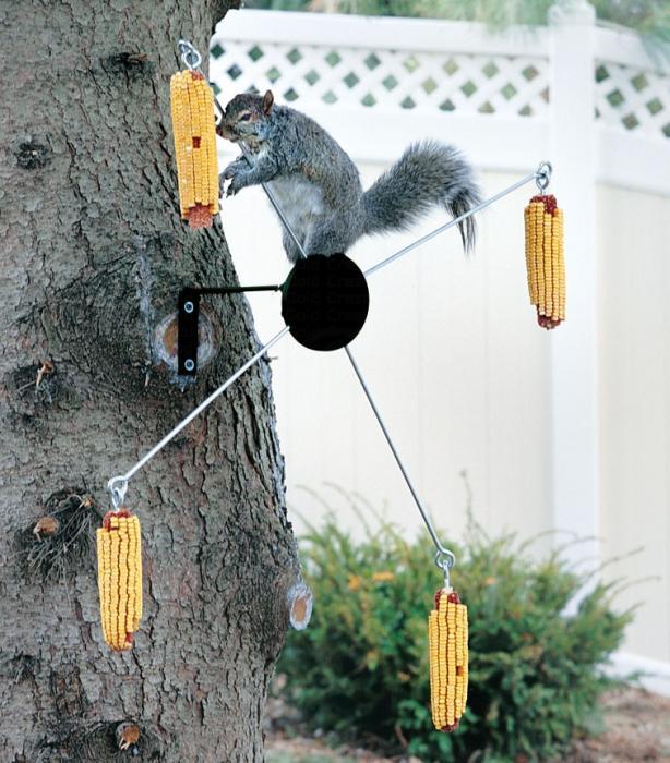Homestead Cobs-A-Twirl Squirrel Feeder
