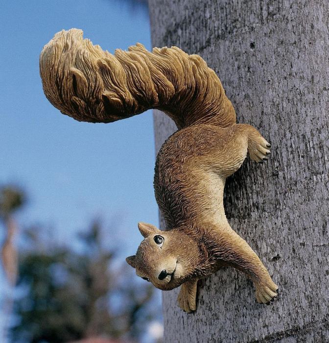 Design Toscano Simone Hanging Squirrel Statue